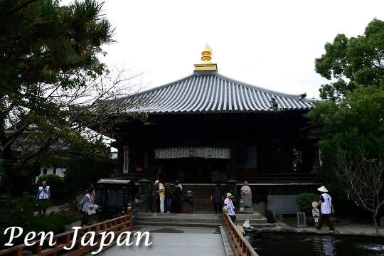 霊山寺の大師堂と放生池